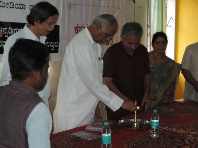 Shri Kagodu Thimmappa inaugurating the workshop